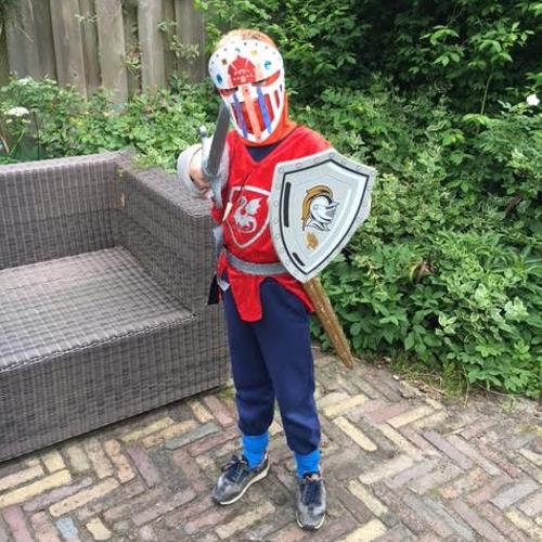 Foto van een stoere ridder op een kinderfeestje